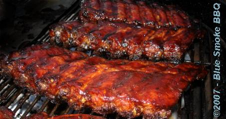 Foto van warm gerookte Singapore Spareribs door Blue Smoke BBQ.